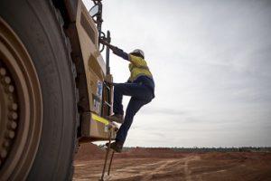 Ein Arbeiter auf einer Bauxit-Mine. Amrun, Queensland, Australien © riotinto.com/media
